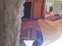 أمي مارس الجنس البراز يرتدي الواقي الذكري على فلام سكسي حديث ساقها