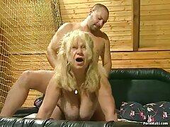 جاء الحبيب لزيارة فلام سكسي رومنسي وأرضت السيدة في المؤخرة