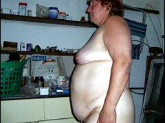 ساشا Bikeeva إلى الموسيقى ترضي فلام كرتون سكسي نفسها في الحمام